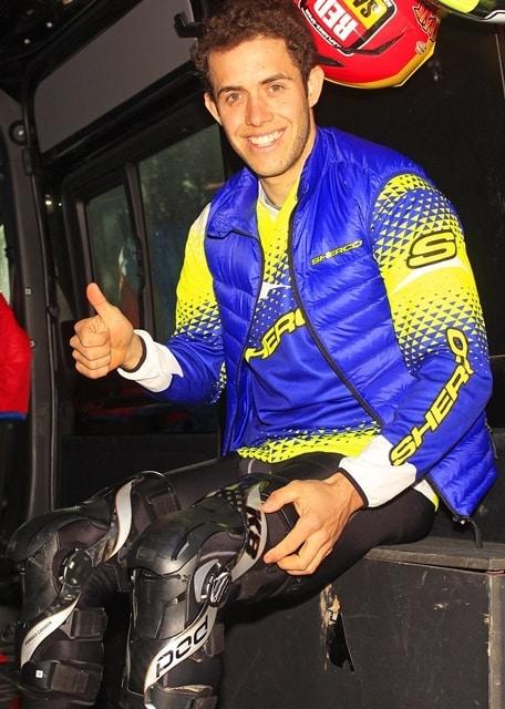 Mario Román con sus rodilleras ortopédicas.