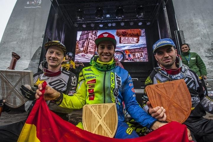 Mario Román junto a Graham Jarvis y Alfredo Gómez.