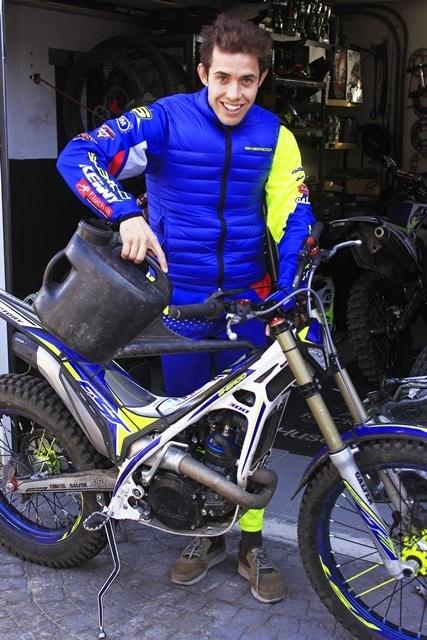Mario Roman y su moto de trial.