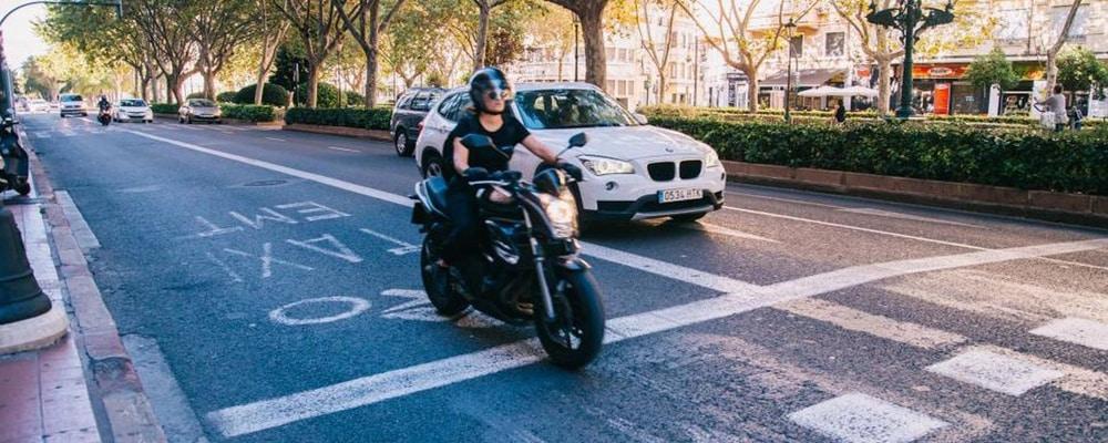 ¿Está permitido a las motos circular por el Carril Bus y Bus-VAO?