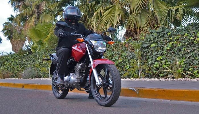 moto roja en examen practico
