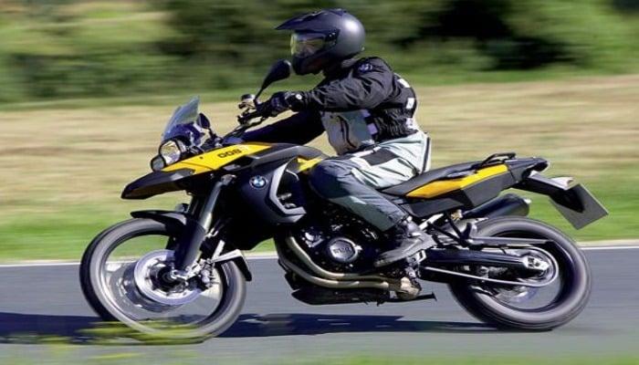 conduciendo una moto negra