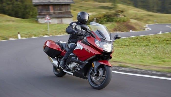 conduciendo una moto roja