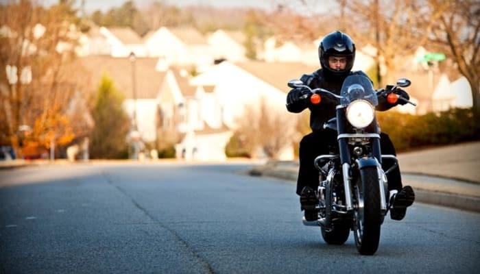 motorista conduciendo una moto negra