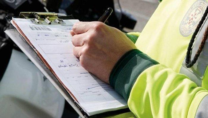 policia redactando una multa