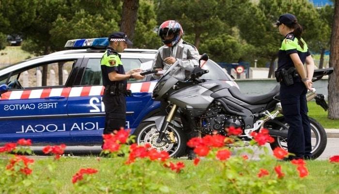 multa a un conductor de moto