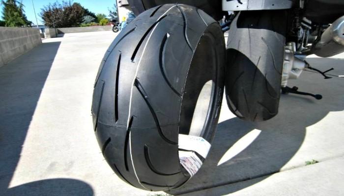 rueda de moto por detrás
