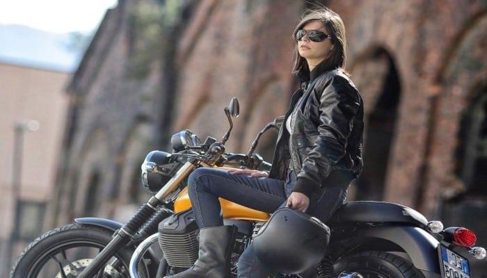 motorista mujer en moto clásica