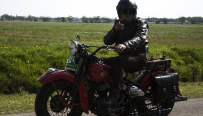 moto clasica en campo