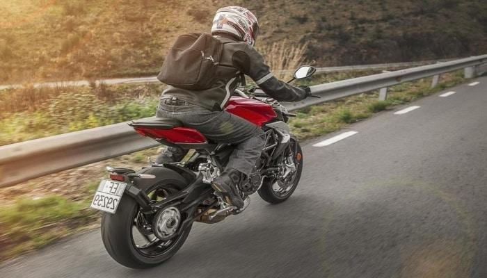 moto en carretera de montaña