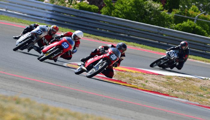 motos en una carrera de velocidad