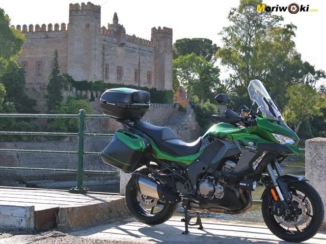 La Versys 1000SE junto al castillo de Malpica.