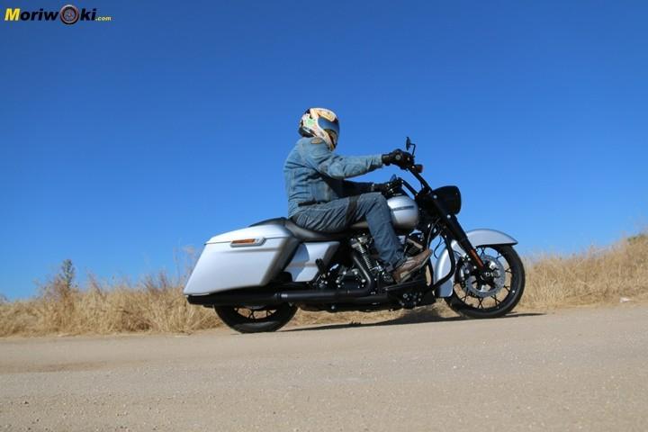 La posición de conducción sobre la Harley Road King Special.