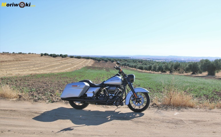 Prueba Harley Road King Special perspectiva panorámica.