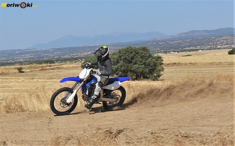 Prueba Yamaha YZF250 apretando.