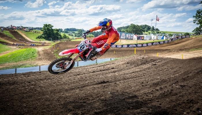 moto de motocross saltando