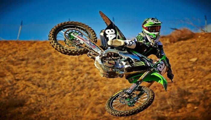 moto haciendo una acrobacia en un circuito mx motocross