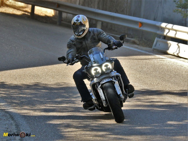 La Triumph Rocket 3 2500 en paso por curva