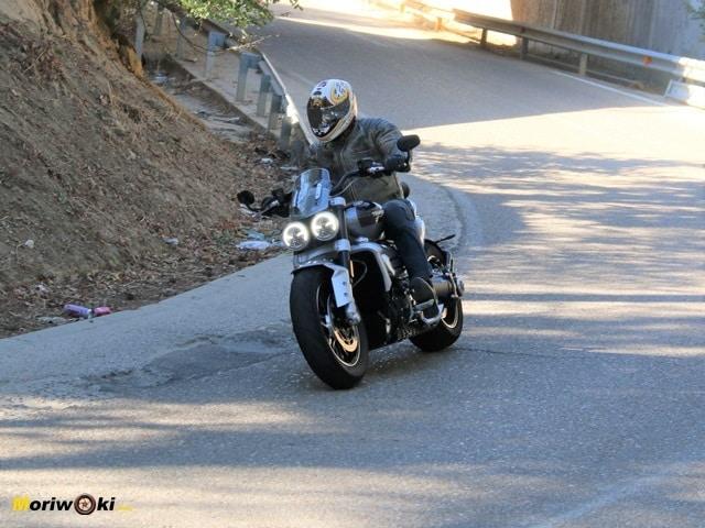 Saliendo de curva con la Triumph Rocket 3 2500