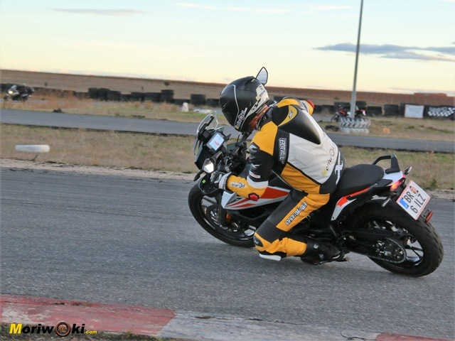 Curva a izquierdas con la KTM Adventure 390