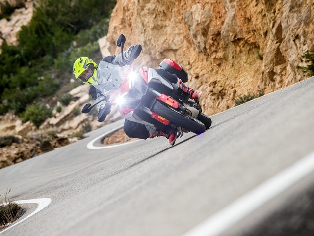 Prueba Ducati Multistrada V4. Perfil off road. Tumbada dcha.